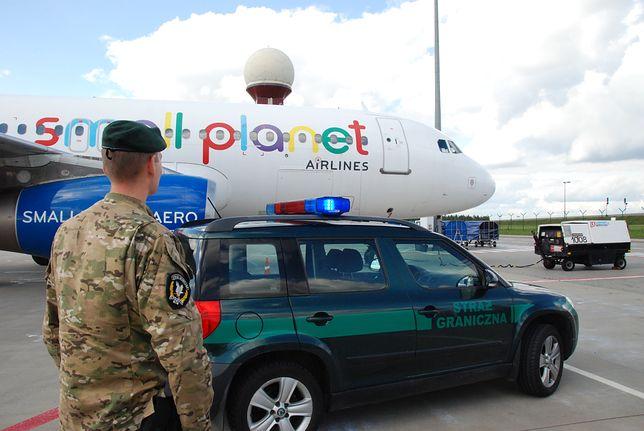 Polski turysta w kajdankach po burdzie w samolocie. Wracał z Egiptu