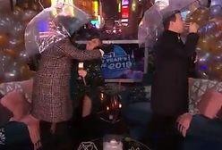 Chrissy Teigen uderzyła się w twarz parasolem. Wszystko na oczach milionów widzów