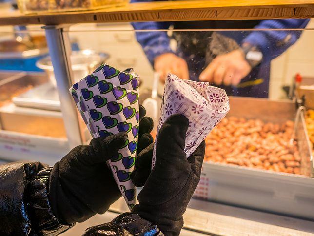 Tradycyjne orzeszki w karmelu serwowane jako przekąska są dość łatwe w przygotowaniu