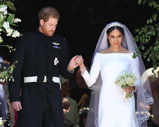 Suknia ślubna Meghan na wystawie. Naprawiono błąd, który oburzył królową