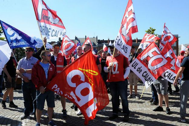Strajkujący pracownicy promów znów blokują port w Calais