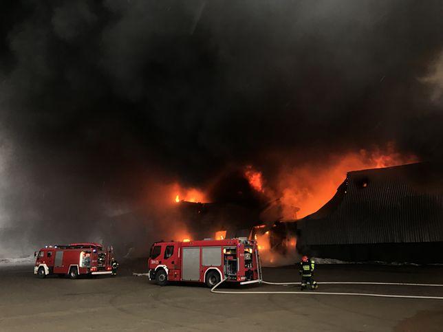 Warszawa - Pożar na Annopolu. 20 zastępów straży pożarnej próbuje opanować ogień. Na miejsce przybywają zastępy spoza Warszawy
