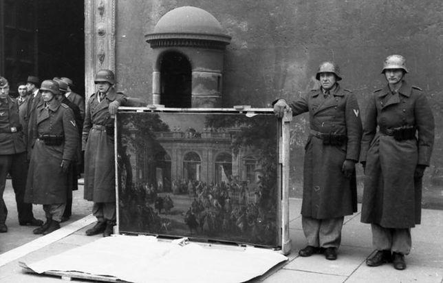 W czasie II wojny światowej wiele dzieł sztuki zmieniło miejsce pobytu. Niektórych do dzisiaj nie odzyskano. Na zdjęciu żołnierze niemieccy pozują z obrazem wziętym z neapolitańskiego muzeum.
