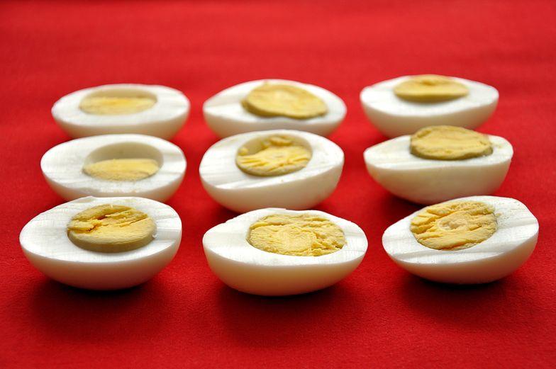 W ugotowanym jajku pojawia się szara otoczka? Oto dlaczego. Popełniasz błąd