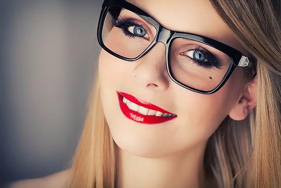 Makijażowe sztuczki dla kobiet noszących okulary