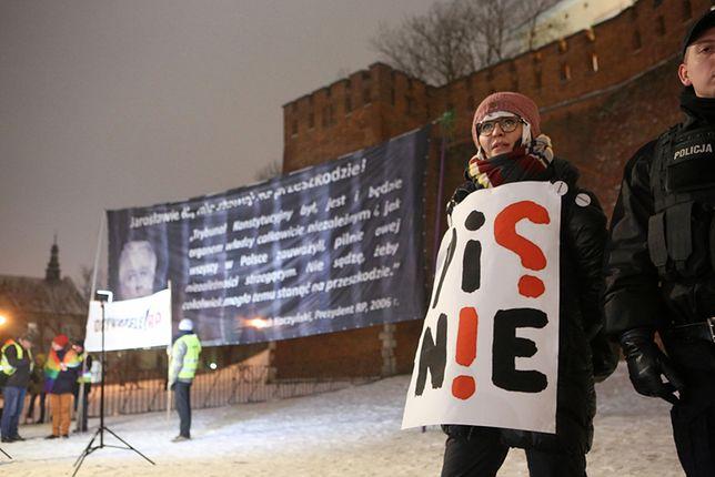 Pikieta ruchu Obywatele RP i przeciwników PiS przed Wzgórzem Wawelskim.