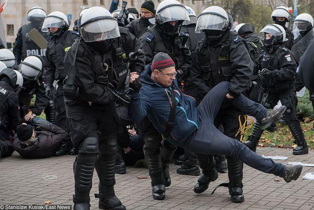 Policja użyła siły wobec osób protestujących przeciwko Marszowi Niepodległości