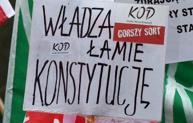 Manifestacje KOD w różnych miastach Polski. W stolicy rozwiązana po alarmie bombowym