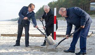 Marek Gróbarczyk, Jarosław Kaczyński i Jerzy Wilk dokonują symbolicznego rozpoczęcia prac przy budowie przekopu Mierzei Wiślanej
