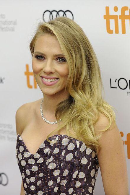 Panowie chcą oglądać włosy jak u Scarlett Johansson