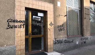 O zniszczeniach na wejściu do siedziby Obywateli RP poinformował Paweł Kasprzak