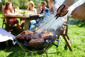 Typowy błąd podczas grillowania. Nakłuwanie mięsa