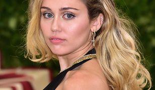 Miley Cyrus w obcisłym czarnym golfie