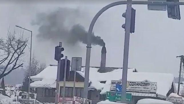 """Turystka zgłosiła urzędowi czarny dym z komina piekarni. """"Węgiel jest z atestem"""""""