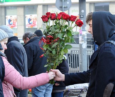 Kwiaty na wynajem w Walentynki. Za 40 zł zrobisz sobie zdjęcie z wielkim bukietem