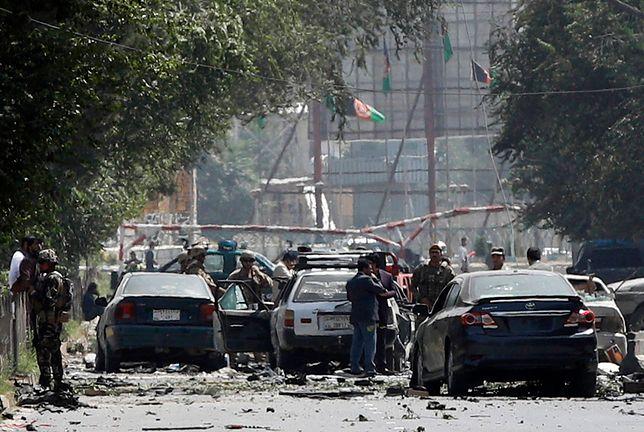 Afganistan. Kabul. Służby na miejscu zamachu bombowego.
