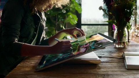 Microsoft zrzuca marynarkę i zostaje artystą. Satya Nadella na #MicrosoftEvent