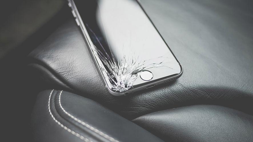 Większość Amerykanów nie wymieni potłuczonego ekranu smartfonu. Wypowiedz się w ankiecie
