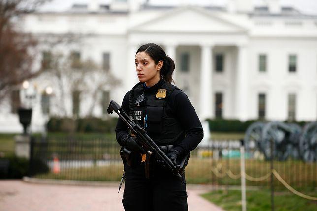 Funkcjonariuszka Secret Service przed Białym Domem