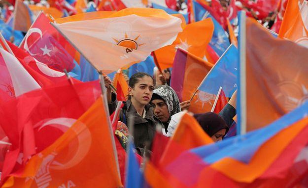 Wyniki wyborów w Turcji. AKP z absolutną większością parlamentarną