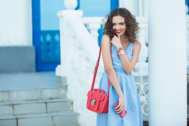 Delikatna i wygodna sukienka z jeansu to doskonały wybór dla kobiety w każdym wieku
