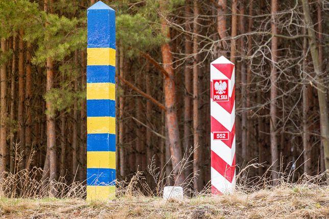 Słupki graniczne Polski i Ukrainy - zdjęcie ilustracyjne