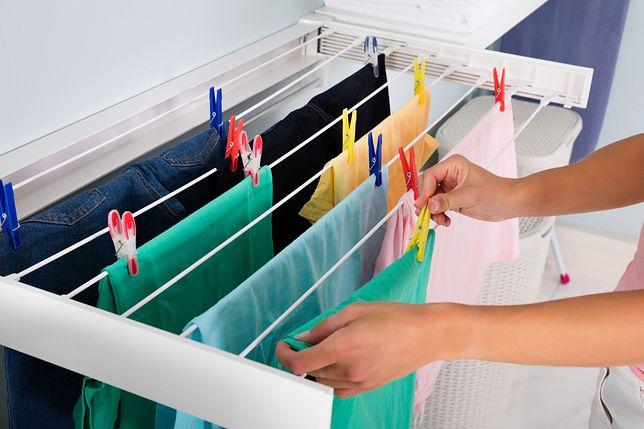 Suszysz zimą pranie w mieszkaniu? Lepiej tego nie rób