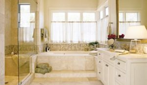 Okno w łazience - 7 sprawdzonych pomysłów na aranżację jasnej łazienki
