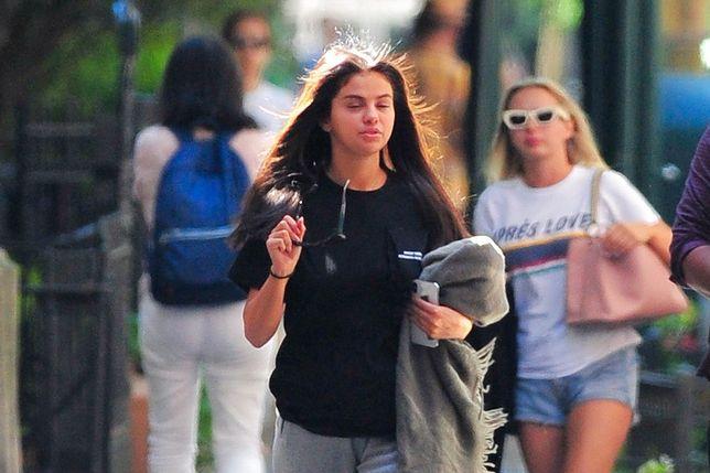 Selena Gomez wyszła bez makijażu. Paparazzi jej nie odpuścili