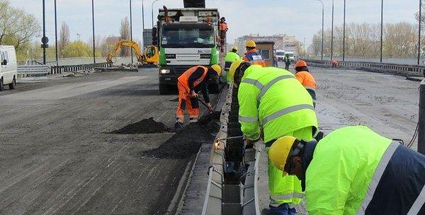 Opuszczą 600-tonowy fragment mostu Łazienkowskiego w Warszawie