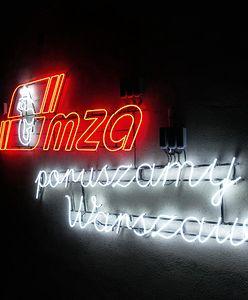 Warszawa. Neon na budynku MZA. Zachęca do podróżowania komunikacją miejską