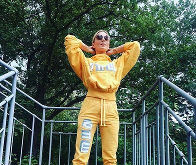 Halina Mlynkova w żółtym dresie na schodach. Fan pomylił ją z inną gwiazdą