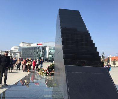 Chcą się wspiąć na pomnik smoleński
