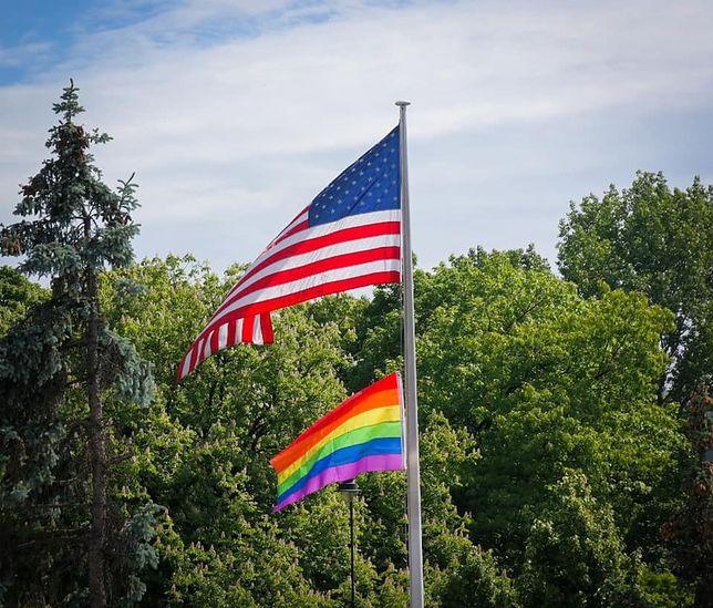 Warszawa. Czerwiec to Miesiąc Dumy LGBTQI+. Amerykańska ambasada wywiesiła z tej okazji tęczową flagę obok gwiaździstego sztandaru