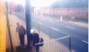 Profesor UW pobity w tramwaju. Policja szuka tych mężczyzn