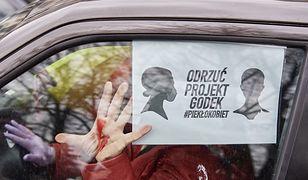 Protest przeciwko zaostrzeniu prawa aborcyjnego i wprowadzeniu kar za edukację seksualną na rondzie w centrum Gdańska.