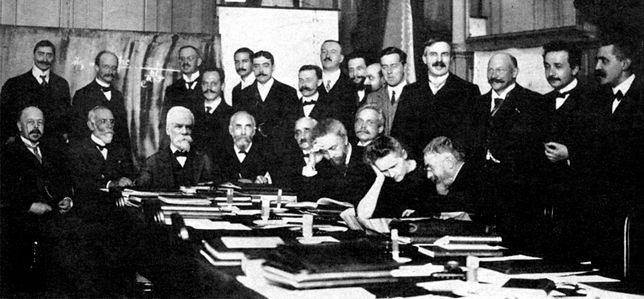 Konferencja Solvaya w 1911 roku z udziałem m.in. Marii Curie-Skłodowskiej (druga z prawej w dolnym rzędzie) i Paula Langevina (pierwszy z prawej na górze)