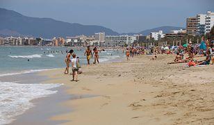 Turyści na plaży w Palmie na Majorce