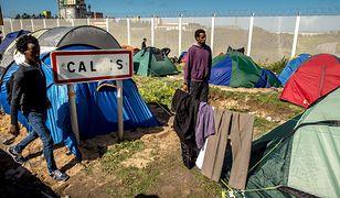 Kierowca polskiego samochodu zginął w Calais. Imigranci ustawili na drodze zaporę