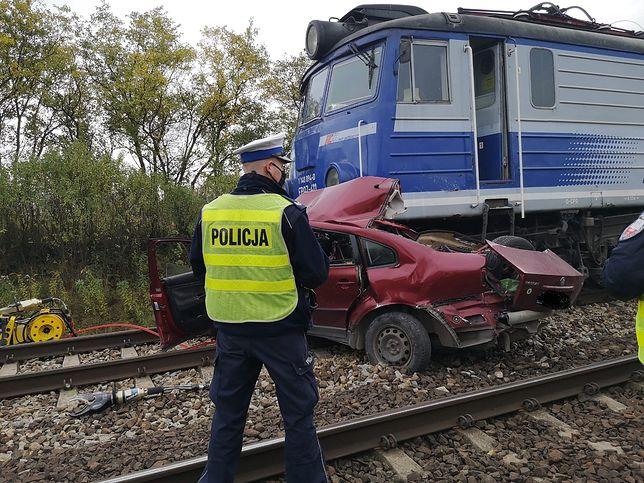 Łódzkie. Pociąg zmiażdżył auto. Dwie osoby nie żyją