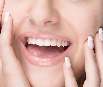 Noszenie kolczyka w nosie zazwyczaj podyktowane jest chęcią wyróżnienia się z tłumu.