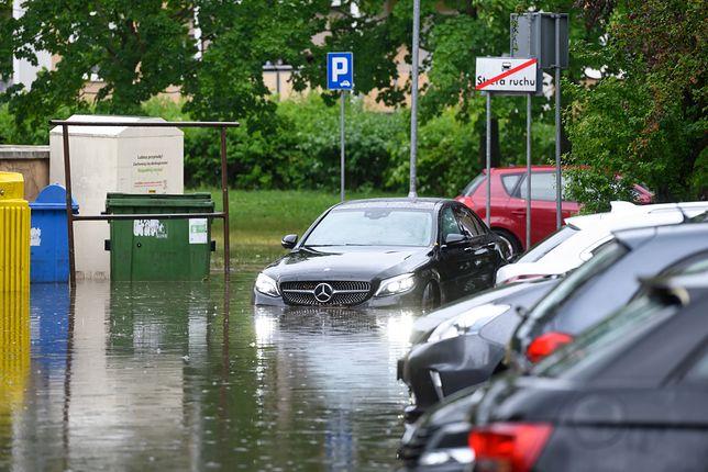 Poznań. Zalania na osiedlu Łokietka, po gwałtownej burzy, która przeszła nad miastem (PAP)