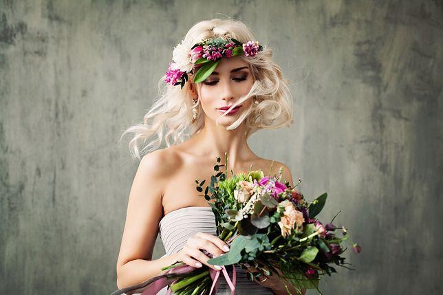 Fryzury ślubne z włosów do ramion są lekkie i zgrabne