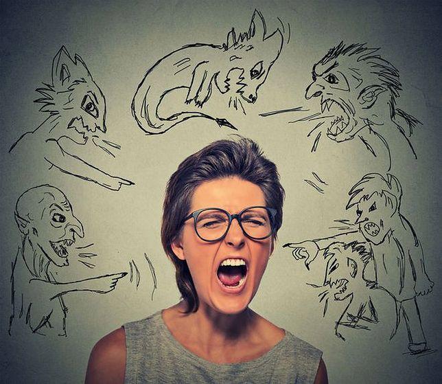 Zdenerwowana kobieta traci wiarygodność