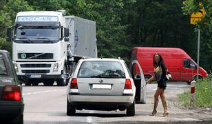 Stojące przy drogach kobiety są często zmuszane do świadczenia usług seksualnych za pieniądze