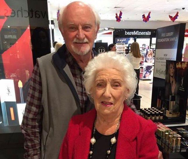 Staruszek codziennie uczy się robić żonie makijaż. Powód wzrusza do łez
