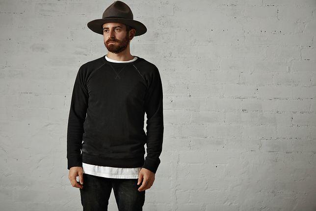 Koszulki z długim rękawem można nosić na kilka sposobów - nie tylko jako podkoszulek