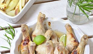 Pałki kurczaka w miodzie z pieczonymi frytkami z warzyw