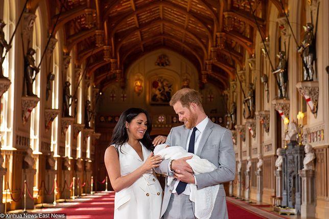 Archie Mountbatten-Windsor przyszedł na świat 6 maja 2019 r. Tu podczas pierwszej sesji z rodzicami