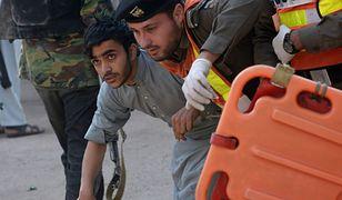 Funkcjonariusz służb bezpieczeństwa pomaga w ucieczce studentowi z zaatakowanego akademika